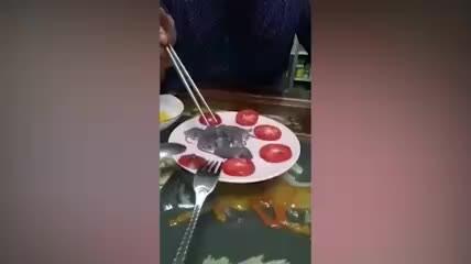 Mideniz kaldırmayabilir! Yavru fareleri canlı canlı yedi!