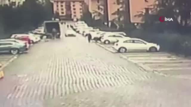 Sarıyer'de vicdansız sürücünün köpeğe çarpıp kaçtığı anlar kamerada