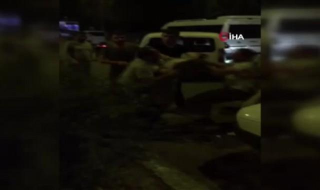 Kaza yapan sürücülerin tekme tokat kavgası kamerada
